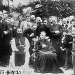 Pamiątkowe zdjęcie zmisjonarzami salezjańskimi